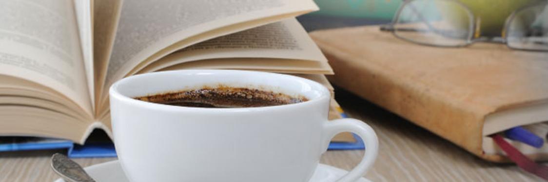 Kaffekop og en bog