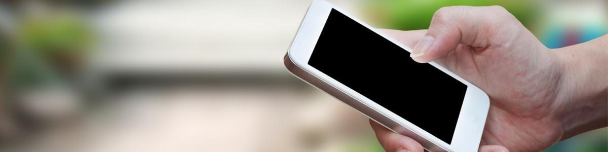 En hånd der holder en mobiltelefon